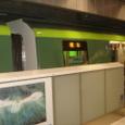福岡市営地下鉄の天神南駅のホームから地下鉄電車を撮った写真